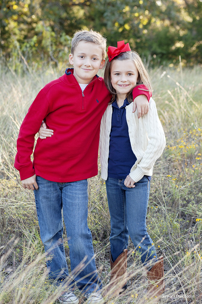 siblings hug at family pictures