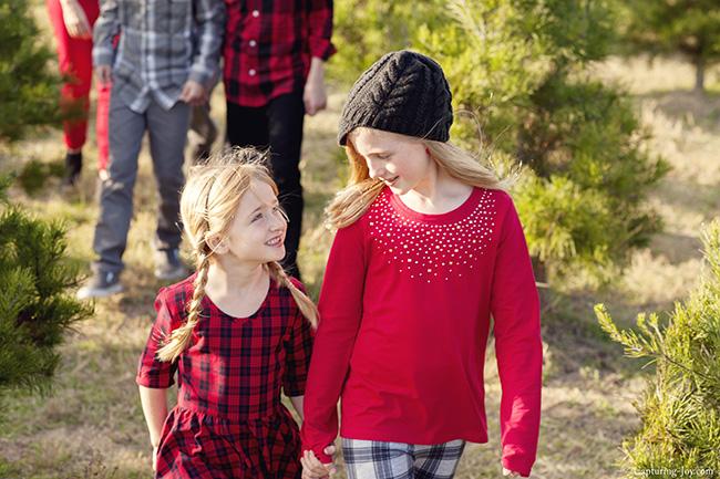 sisters at family photo shoot