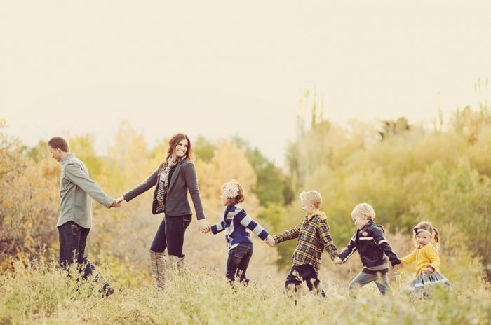 12 Great pose Ideas for Family Pictures for a family of 6!