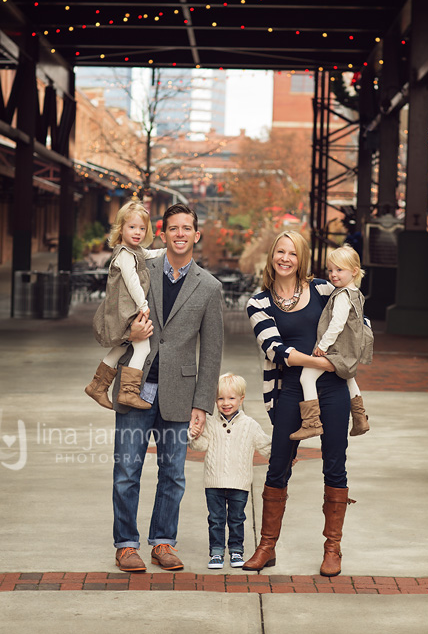 12 Perfect Family Picture Pose Ideas for a family of 5!  Capturing-Joy.com