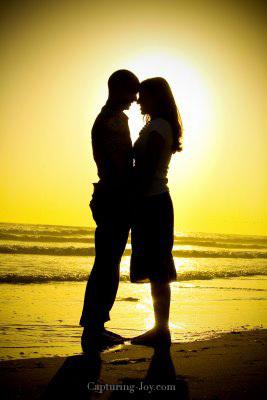 couple silhouette on beach