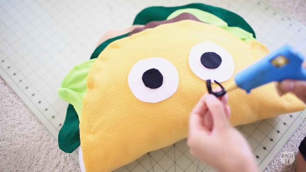 DIY Taco Pillow idea for Father's Day. Find this one and 16 other's on capturing-joy.com